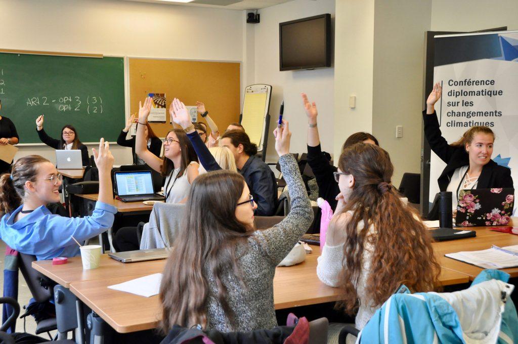 Les étudiant.e.s votent un article à main levées.