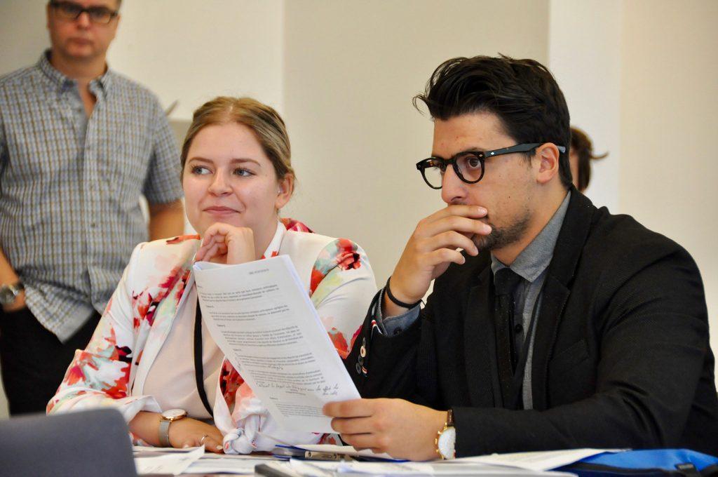 Deux étudiant.e.s en pleine réflexion sur les dispositions du traité.