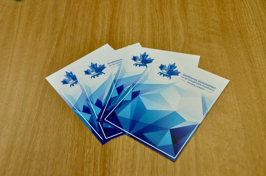 La face recto des cartes pouvoir composée du logo de la Conférence diplomatique sur les changements climatiques.