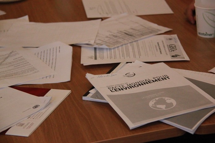 Les documents de la trousse documentaire sont en désordre sur la table pendant la simulation.